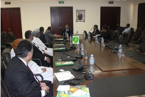 Le ministre de l'économie et des finances s'entretient avec une délégation d'investisseurs arabes