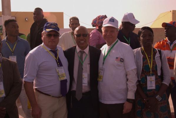 le directeur du marathon entre l'ambassadeur de Russie à gauche et celui des USA