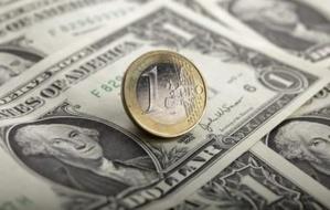 L'euro recule face au dollar, prudence avant l'élection française