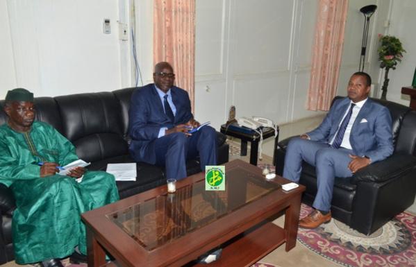 Le ministre de la jeunesse et des sports reçoit l'ambassadeur du Mali en Mauritanie