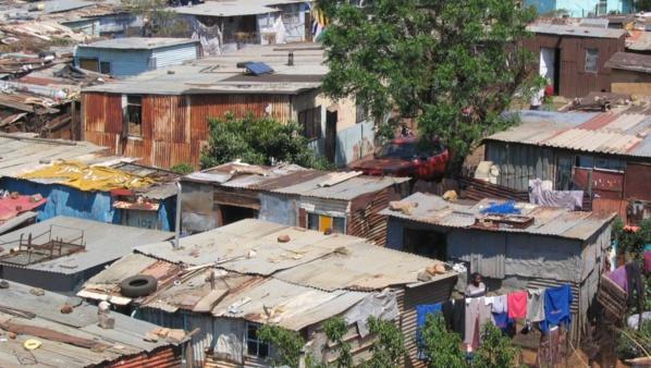 La réhabilitation des bidonvilles a permis l'accès des citoyens à la propriété foncière et aux services publics de base