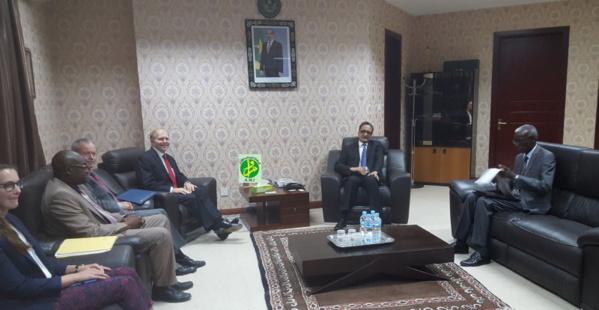 Le ministre des affaires étrangères reçoit le directeur des installations au département d'Etat américain