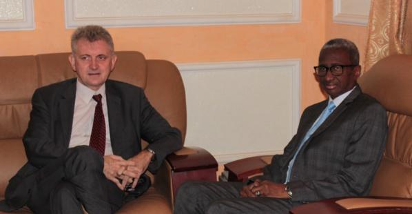 Le ministre de la défense nationale reçoit l'envoyé spécial de la France pour le Sahel