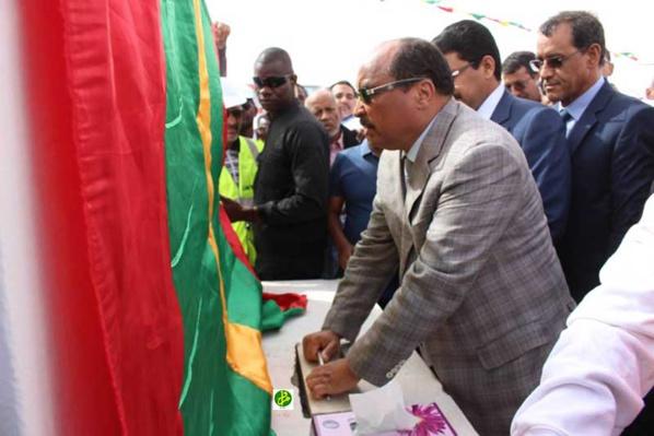 Le Président de la République pose la première pierre de la route Tamchekett –Zraviya