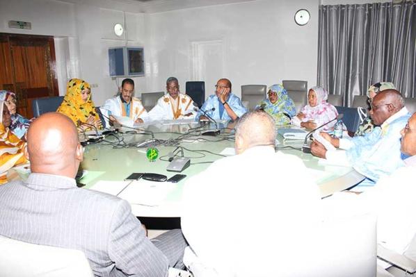 La commission des finances de l'Assemblée Nationale discute le budget du ministère du Commerce