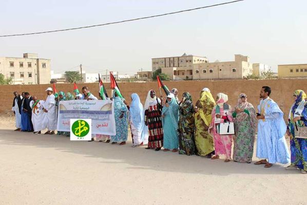 Le groupe parlementaire de soutien à la cause palestinienne en manifestation de protestation devant l'ambassade américaine