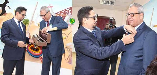 Le ministre de la culture et de l'artisanat décore le compositeur de l'hymne national