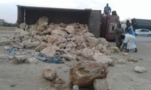Circulation urbaine à Nouakchott : Une benne transportant des rochers se renverse, un drame évité de justesse près du cimetière du PK7