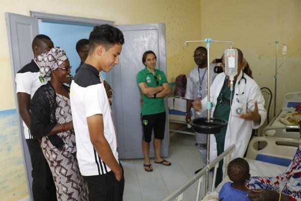 Les joueurs de l'équipe nationale de football et leur sélectionneur visitent les activités de l'UNICEF à Arafat
