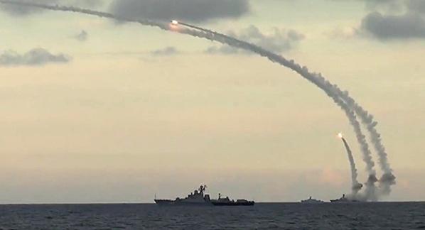 """Plus de 100 missiles tirés sur la Syrie, """"un nombre significatif"""" d'entre eux interceptés (Moscou)"""