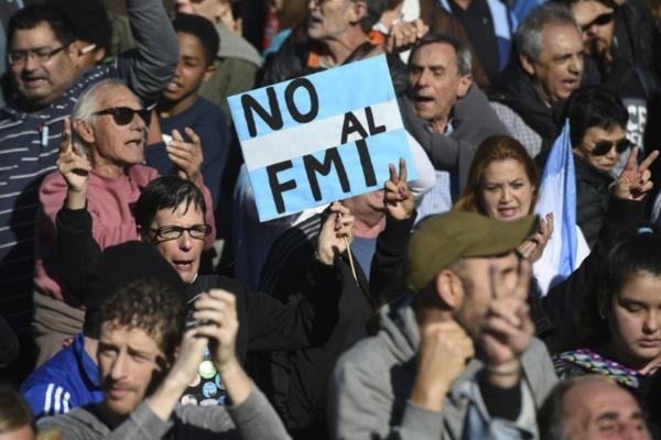 """""""Non au FMI"""": l'opposition manifeste en Argentine"""