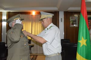 Le Chef d'Etat-major Général des armées décore un officier espagnol