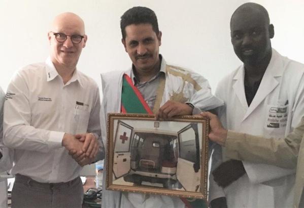Tasiast remet une ambulance et d'autres dons à la ville de Benichab.