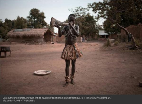 Centrafrique: les trompes des Broto, une tradition musicale menacée