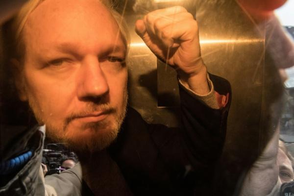 Assange condamné à près d'un an de prison pour violation de sa liberté provisoire