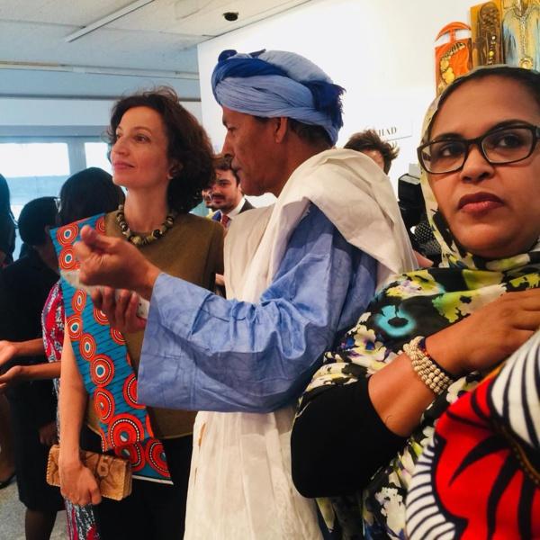 L'artiste entre Audrey Azouley directrice générale de l'Unesco et Cissé Mint Boyda déléguée mauritanienne à l'Unesco