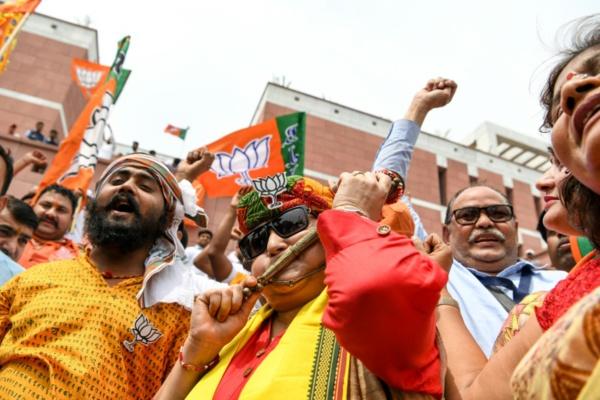 Législatives en Inde: les nationalistes hindous de Modi mènent largement la course