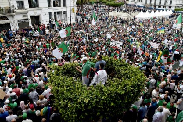 Alger bouclé et arrestations pour le 14e vendredi de manifestations massives