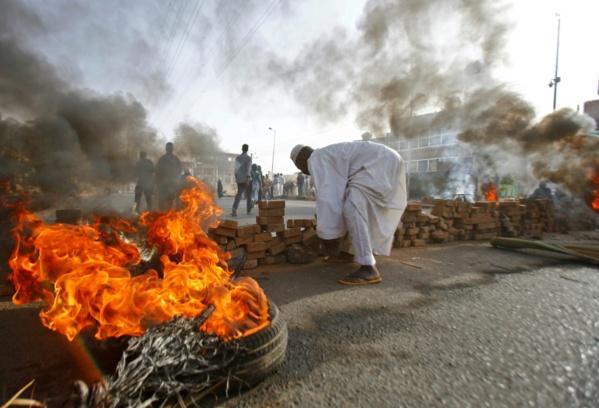 Soudan: les militaires au pouvoir dispersent par la force les manifestants