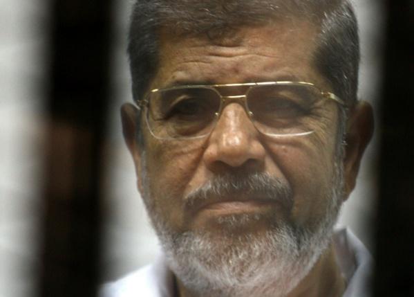 Egypte: l'ex-président Morsi enterré au Caire après s'être effondré au tribunal