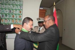 Au nom du Président de la République le ministre de l'intérieur décore le représentant du haut commissariat des Nations-Unies pour les réfugiés