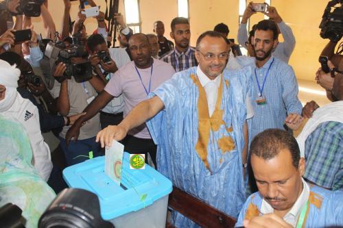 Le candidat Sidi Mohamed Ould Boubacar Ould Boussalef vote au bureau N° 4 à l'école l'Imam Chafii dans la moughataa de Tevragh Zeina