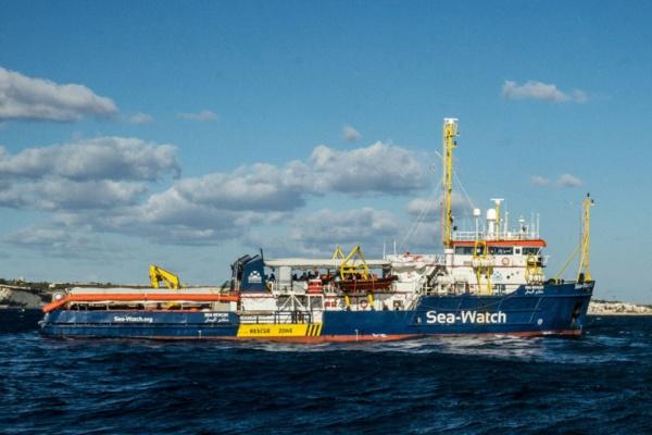 Migrants: la jeune capitaine du Sea-Watch défie Salvini et force le blocus italien