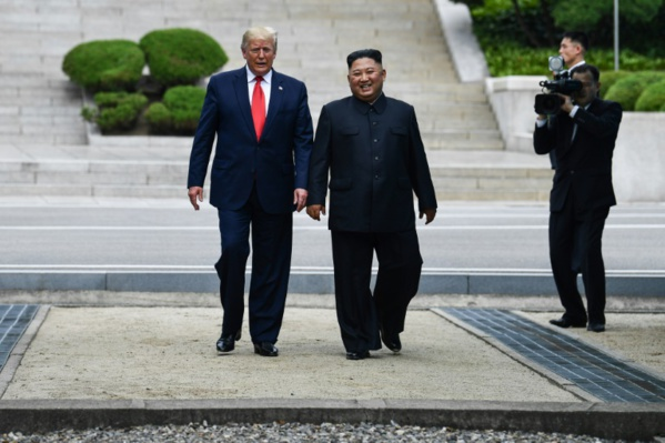 Trump entre à pied en Corée du Nord avec Kim Jong Un