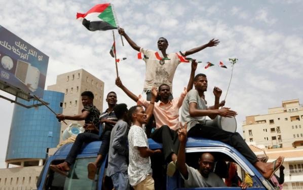 Célébrations au Soudan après un accord de transition entre militaires et contestataires