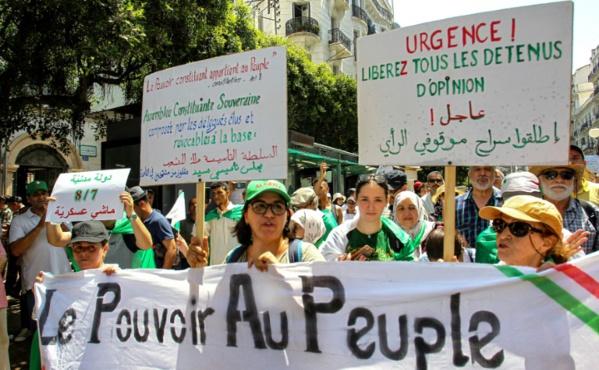 Les Algériens de nouveau dans la rue, la tête en partie au Caire