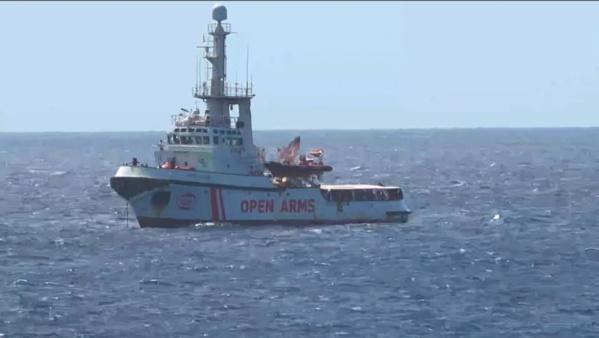 """Situation """"explosive"""" à bord du navire Open Arms bloqué au large de Lampedusa"""