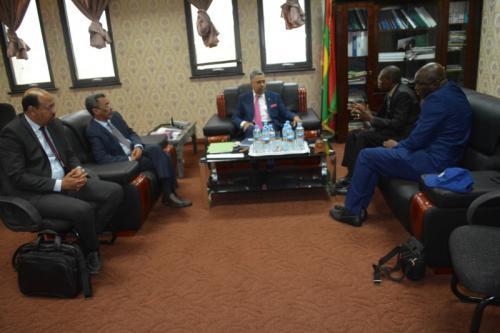 Le ministre de l'économie et de l'industrie reçoit une mission de la CEDEAO