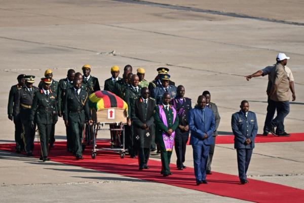 La dépouille de Mugabe rapatriée au Zimbabwe pour ses funérailles nationales