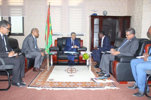 Le ministre de l'économie et de l'industrie reçoit le Représentant-Résident du FNUAP