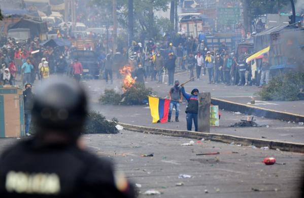 Equateur: chaos à Quito, couvre-feu autour des lieux de pouvoir