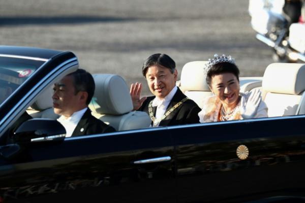 Défilé impérial: des milliers de Japonais acclament leur nouvel empereur