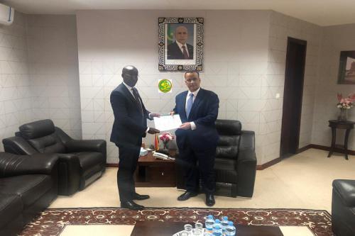 Le ministre des affaires étrangères réceptionne un rapport sur l'étude du projet d'académie diplomatique