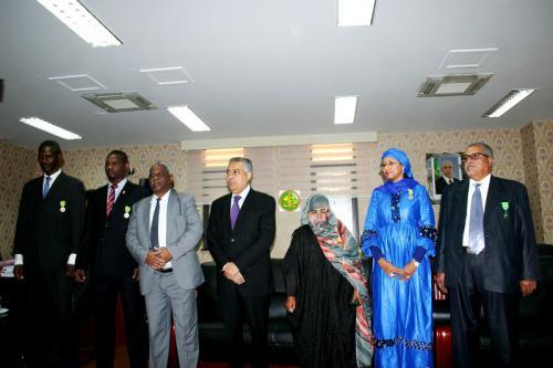 Le ministre de l'Economie décore des cadres et des employés de son département