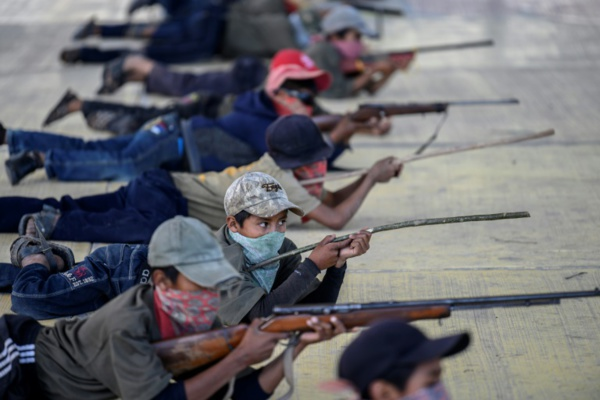Au Mexique, des enfants s'entraînent à tirer sur les narcos