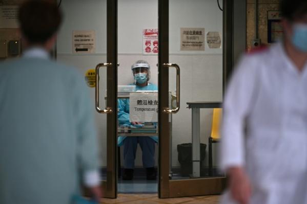 """Virus: la Chine admet des """"insuffisances"""", le bilan monte à 425 morts"""