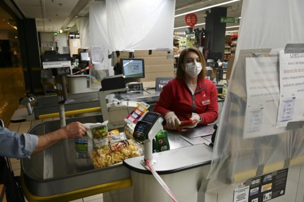 Caissière, éboueur, routier... : paroles de non-soignants face au coronavirus