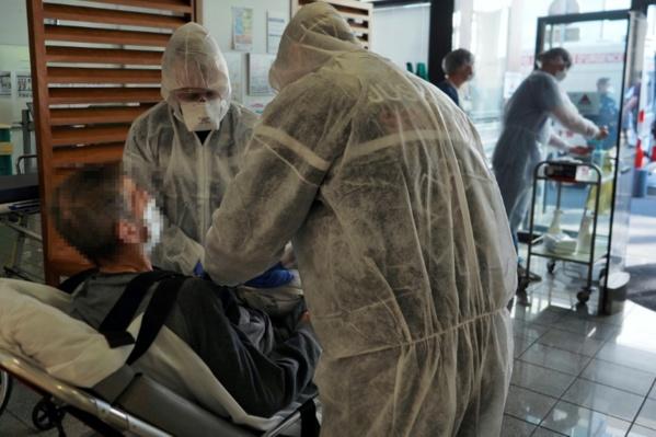 Virus: plus de 3.500 morts en France, des malades évacués pour soulager les régions saturées