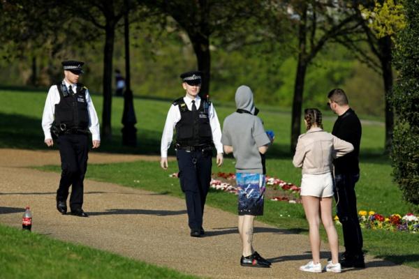 Nombre record de morts au Royaume-Uni, le public encouragé à respecter le confinement