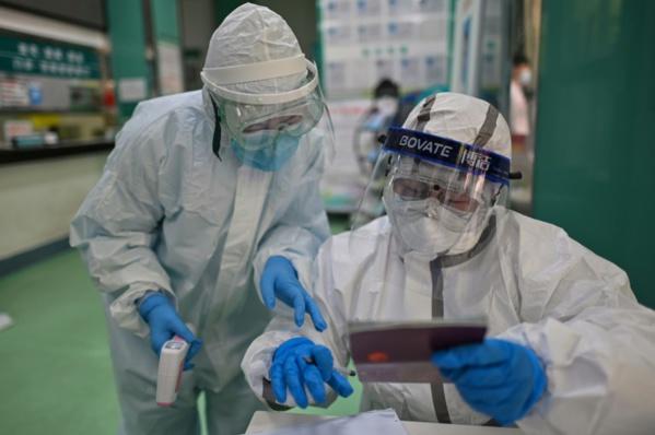 Coronavirus: sous le feu des critiques, la Chine révise son bilan à la hausse