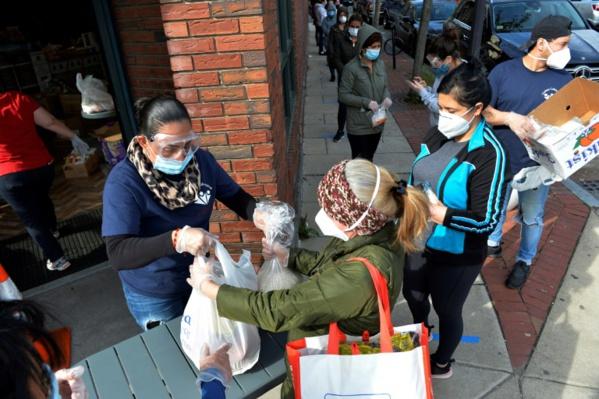 Face à une demande inédite, les banques alimentaires américaines sur tous les fronts