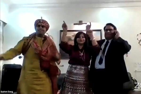 Confinés, des couples indiens se marient en ligne