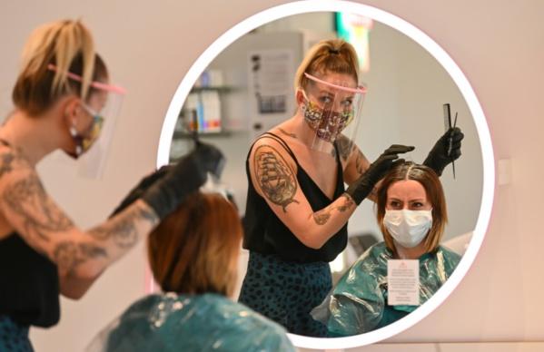 Déconfinement: dans un salon de coiffure, une mise en situation avant le jour J