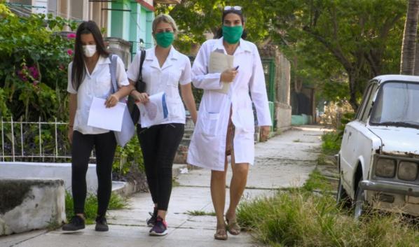 A Cuba, une médecin et ses étudiants à la chasse au coronavirus