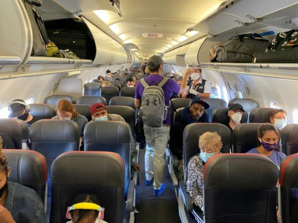 Aux Etats-Unis, le port du masque, pomme de discorde jusque dans les avions