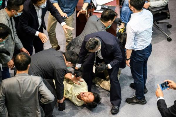 Hong Kong: le projet de loi sur l'hymne provoque de nouveaux heurts au Parlement